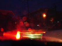 Расплывчатые света автомобилей на улицах города на ноче, переходе - часе пик стоковые изображения