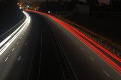 расплывчатый автомобиль освещает движение дороги ночи Стоковая Фотография