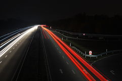 расплывчатый автомобиль освещает движение дороги ночи Стоковое Изображение
