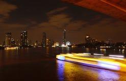 Расплывчатый свет корабля перемещения плавая на реку в ноче Стоковые Изображения RF
