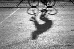 Расплывчатый силуэт и тень велосипедиста Стоковое Изображение