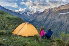 Располагаться лагерем в перуанских Андах Salkantay Trekking Перу Стоковая Фотография