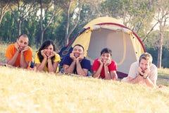 Располагаться лагерем группы людей стоковое фото rf
