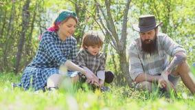 Располагаться лагерем матери и сына отца Весеннее время на ранчо r Ферма Eco для семьи Деятельности при курорта Eco Насладитесь в видеоматериал