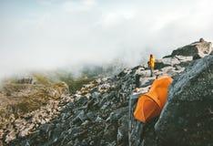 Располагаться лагерем на верхней части шатра горы на скалистой скале Стоковое фото RF