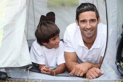 Располагаться лагерем отца и сынка Стоковые Изображения RF