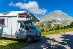 Располагаться лагерем с домом на колесах около зоны горы Dirfi в Evia Греции стоковое изображение