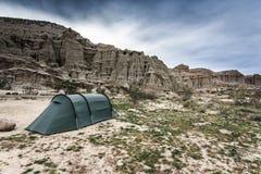 Располагаться лагерем с нашим шатром в красном парке штата каньона утеса стоковые фото