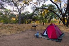 Располагающся лагерем с шатром, стульями и оснащением для кемпинга на восходе солнца Приключение путешествуя в национальном парке Стоковое фото RF