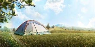 Располагаясь лагерем шатер в горе в лете Туризм adventurousness Путешествия поход Справочная информация панорама стоковое изображение rf