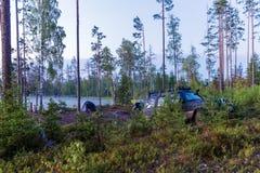 Располагаясь лагерем шатер с автомобилем около озера outdoors стоковое фото
