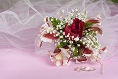 расположение кладет цветки в коробку конфеты Стоковая Фотография