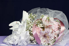 расположение кладет цветки в коробку конфеты Стоковые Фотографии RF