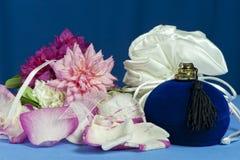 расположение кладет цветки в коробку конфеты Стоковые Фото