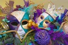 Расположение масленицы с маской Porcellain - Masquerade, орнаментами, ветвями ели, Baubbles, лентами и золотым стоковые изображения rf