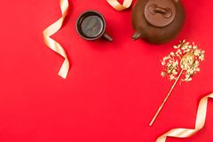 Расположение рамки Flatlay с китайским зеленым чаем, жасмином цветет в золотой ложке и золотых лентах Стоковое Фото