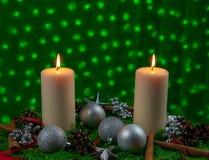 Расположение рождества с 2 горящими свечами стоковые фото