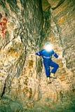 Расположите инженера подрядчика в голубых overal, резиновых ботинках и защитного шлема в подземно-минном тоннеле Стоковые Изображения RF