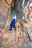 Расположите инженера подрядчика в голубых overal, резиновых ботинках и защитного шлема в подземно-минном тоннеле стоковые фото