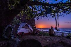 Располагаться лагерем в Кауаи во время захода солнца Стоковые Изображения RF