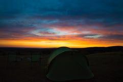 Располагаться лагерем захода солнца Стоковое фото RF