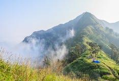 Располагаться лагерем на высокой горе Стоковые Изображения RF