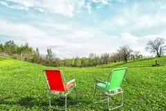 Располагаться лагерем на зеленом луге Стоковая Фотография