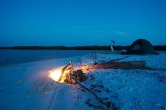 Располагаться лагерем на ноче с пожаром Стоковые Фото