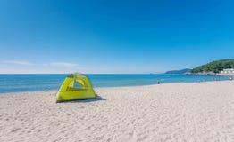 располагаться лагерем пляжа Стоковое фото RF