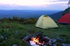 Располагаться лагерем с шатрами и костром Стоковые Фотографии RF