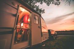 Располагаться лагерем трейлера перемещения Стоковые Фото