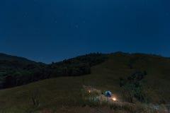 Располагающся лагерем на саммите холма Tulay, провинция Tak, Таиланд Стоковые Фотографии RF