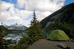 Располагающся лагерем рядом с озером, озера Joffre, Британская Колумбия Стоковые Фото