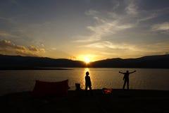 Располагаясь лагерем заход солнца семьи Стоковое Изображение RF