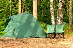 Располагаясь лагерем шатер и 2 стуль Стоковые Изображения RF