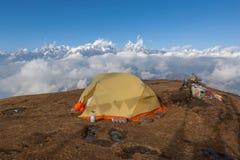 Располагаясь лагерем шатер на верхней части Pikey выступает Стоковое Изображение