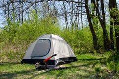 Располагаясь лагерем шатер на солнечном злаковике, Стоковые Изображения RF