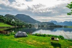 Располагаясь лагерем шатер озером Стоковые Фото
