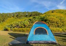 Располагаясь лагерем шатер с красивой сценой природы горы Стоковое Изображение RF