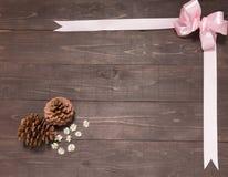 Расположение конусов сосны и лента на деревянном backg Стоковая Фотография