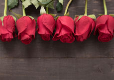 Расположение красных роз цветет на деревянной предпосылке Стоковое Изображение