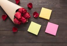 Расположение красных роз цветет с липкими примечаниями на деревянной предпосылке Стоковые Изображения RF