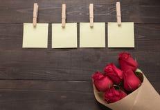Расположение красных роз цветет с липкими примечаниями на Стоковое фото RF