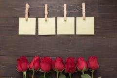 Расположение красных роз цветет с липкими примечаниями на Стоковое Изображение