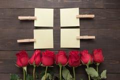 Расположение красных роз цветет с липкими примечаниями на Стоковое Фото