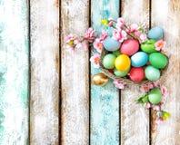 Расположение праздников украшения цветка пасхальных яя Стоковое Изображение