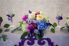 Расположение различных цветков на таблице Стоковые Изображения