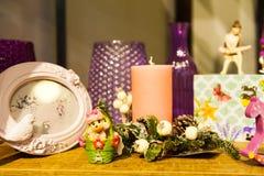 Расположение рождества картинных рамок ветвей дерева свечей и кладет игрушки в коробку Стоковая Фотография