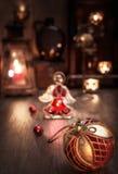 Расположение рождества с ангелом свечей, безделушки и стекла Стоковые Фотографии RF