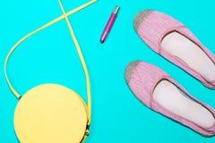 Расположение ультрамодных предметов первой необходимости лета в пастельных цветах Стоковые Изображения RF